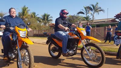 Dr. Neidson faz entrega oficial de três motocicletas para atender o Saae de Alto Alegre dos Parecis