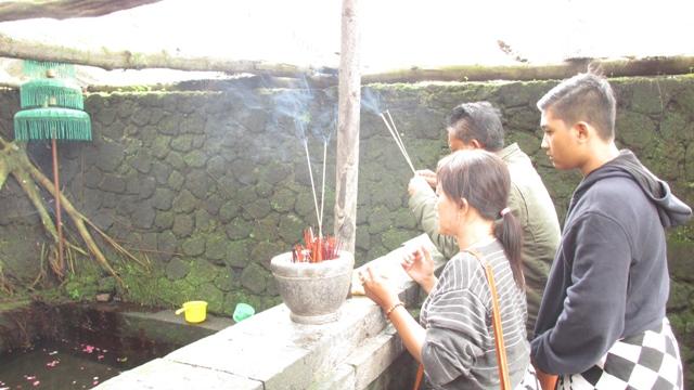 pengunjung berdoa di sendang pundi sari karanganyar