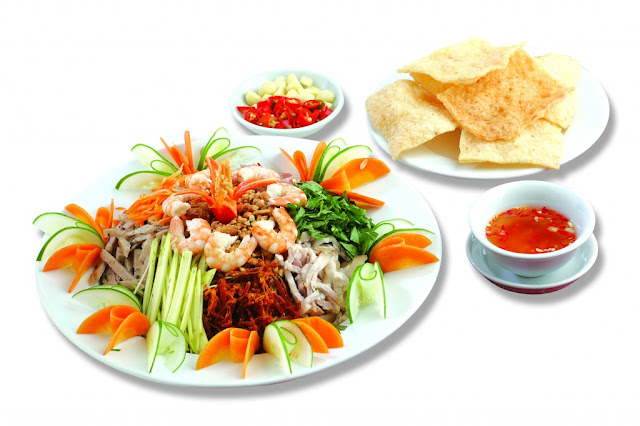 Món khai vị: Gỏi bưởi tôm mực bánh phồng cá