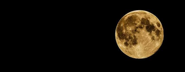 La luna llena y un lazo rojo