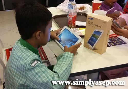 "Samsung Galaxy Tab 3V can indeed be your friend ""famous"" everywhere, but also a means of entertainment and recreation as is being used by my child. Photo of Asep Haryono / www.simplyasep.com"