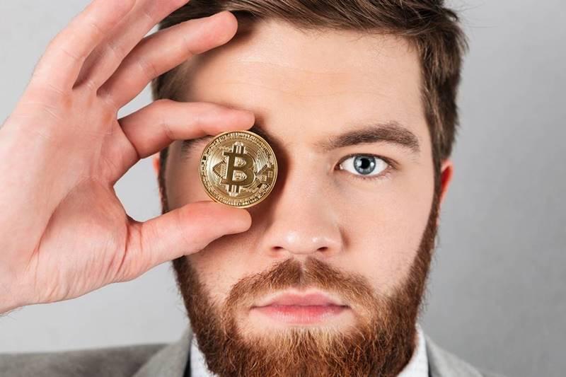 Ilustrasi Pria Memegang Bitcoin