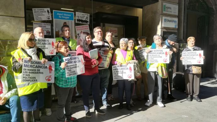 Murcia confidencial la pah se planta en una oficina de for Oficinas dela caixa en murcia