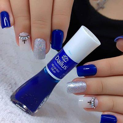 decoração de unhas com esmalte azul