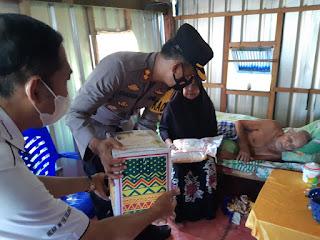 Ditengah Covid-19, Kapolres Pangkep Serahkan Bantuan Sembako Ke Warga di Dua Kampung