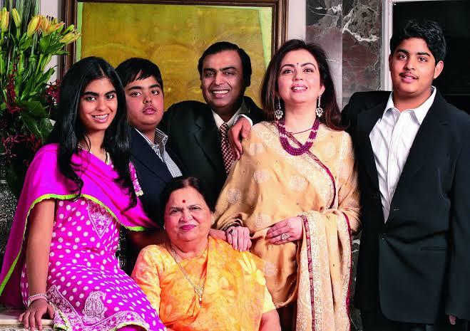 मुकेश अंबानी और उनके परिवार की शानदार जीवन शैली देखें।Check out the luxurious lifestyle of Mukesh Ambani and his family.