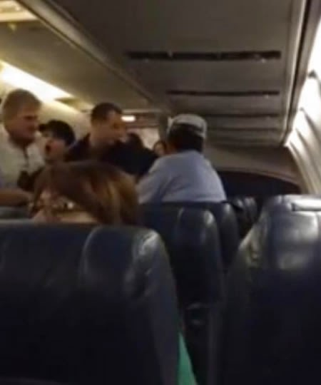 Sacan Mujer de Avion de US Airways