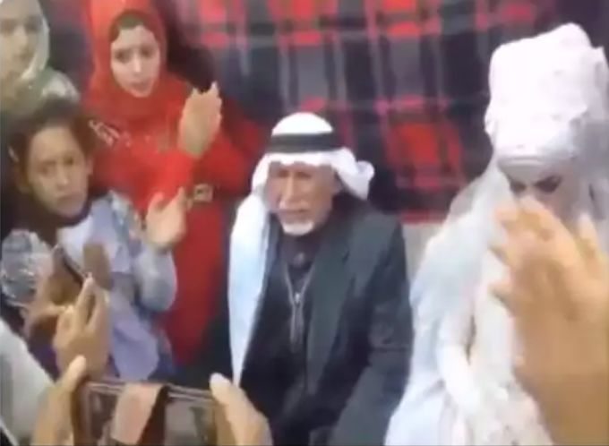 28 बीवियों,135 बच्चों और 126 पोते-पोतियों के सामने इस आदमी ने 37वीं बार रचाई शादी - देखें वायरल वीडियो
