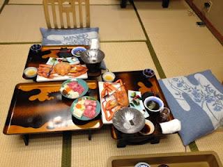 la cena posta sui vassoi poggiati sui tatami