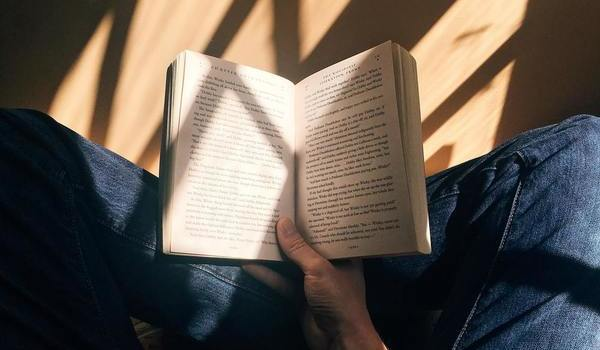 Seorang pria sedang membaca buku