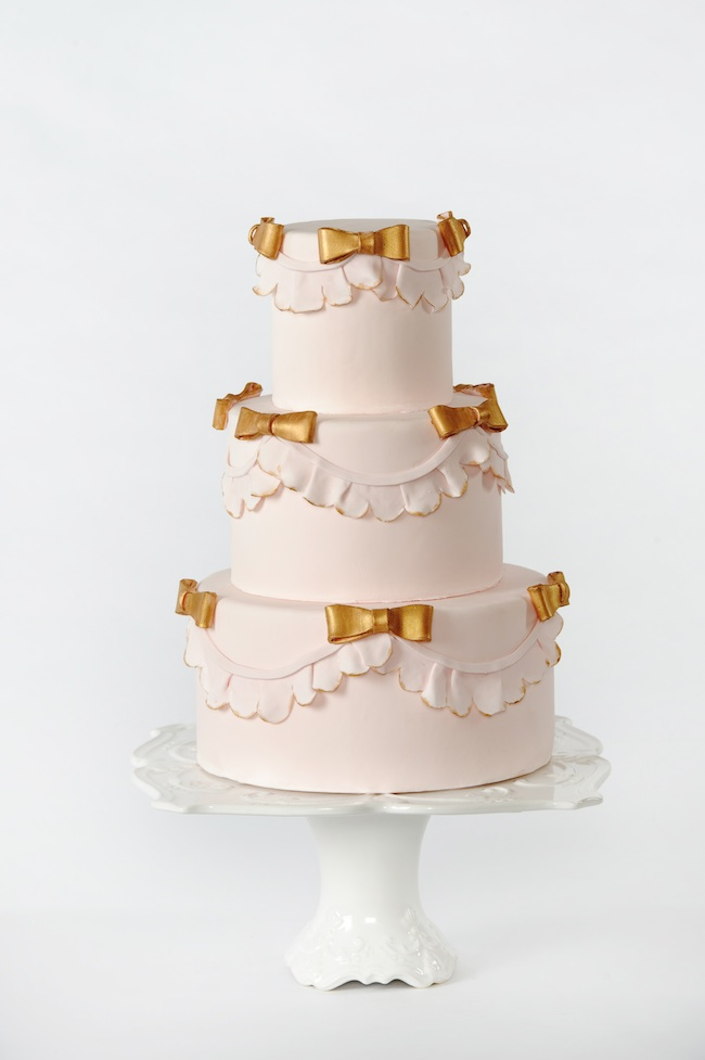 How To Decorate Cakes with Fondant - via BirdsParty.com