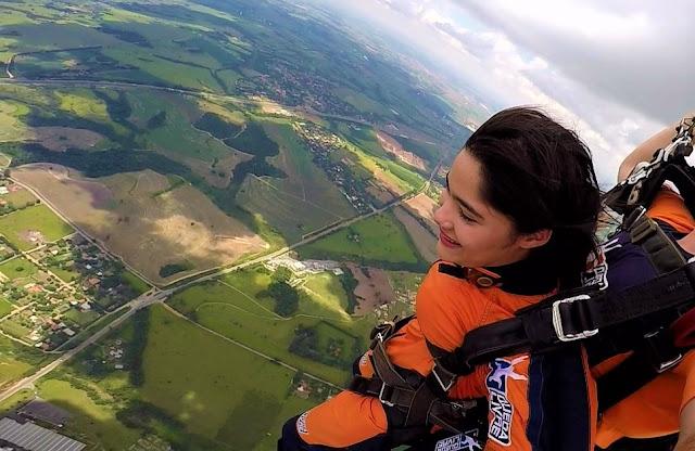 adolescente voando de paraquedas
