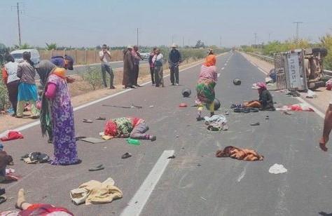 """عااجل بالصور: فاجعة بسوس: قتلى و جرحى في انقلاب """"بيكوب"""" تقل ما يفوق عن 40 من العمال والعاملات زراعيين"""