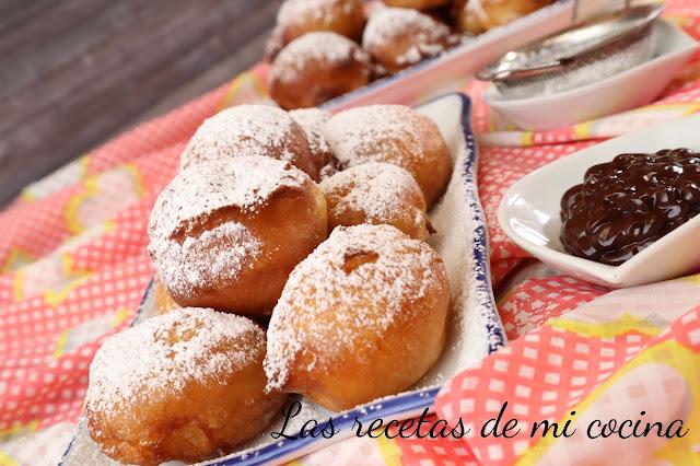 Buñuelos rellenos de queso mascarpone y cubiertos de chocolate