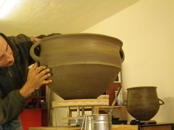 l'autore con una riproduzione di vaso preistorico