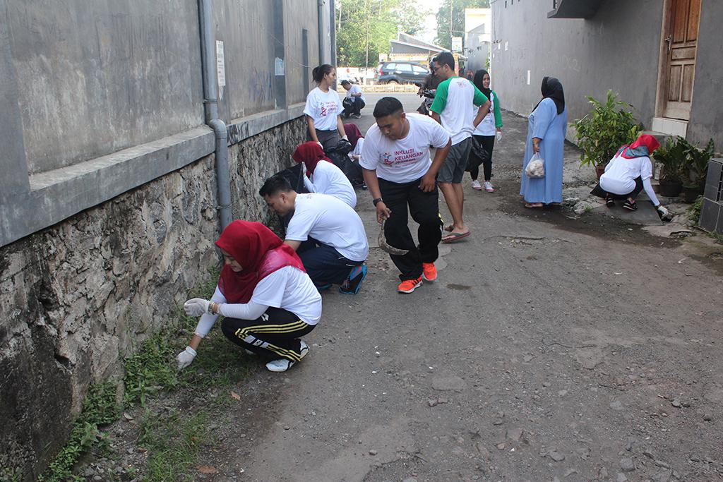 Insan OJK Jember Bersih-bersih Linkungan
