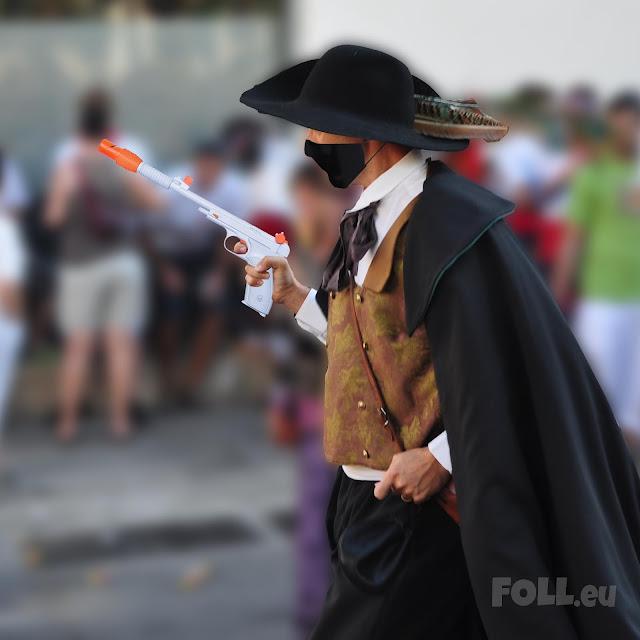 Ball d'en Serrallonga de la Festa Major de Vilanova i la Geltrú amb una pistola blàster