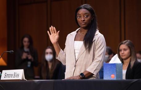 Ginnastica Usa, abusi sessuali sulle ginnaste, Simone Biles contro l'Fbi: «Un intero sistema ha permesso tutto questo»