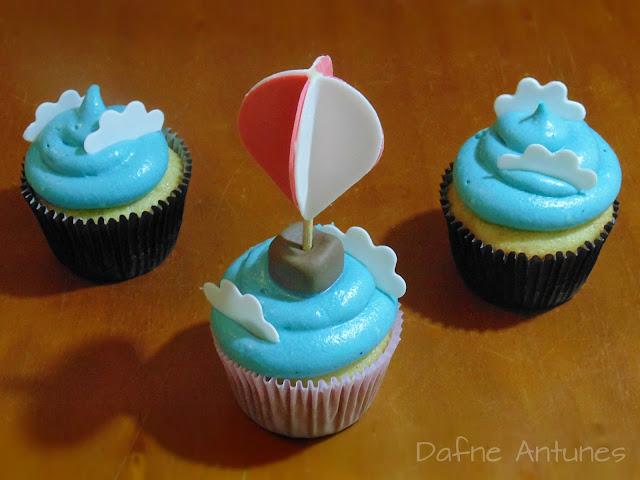 Cupcakes de balão e nuvens com glacê de ganache
