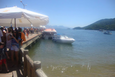 Botes embarcando e desembarcando passageiros