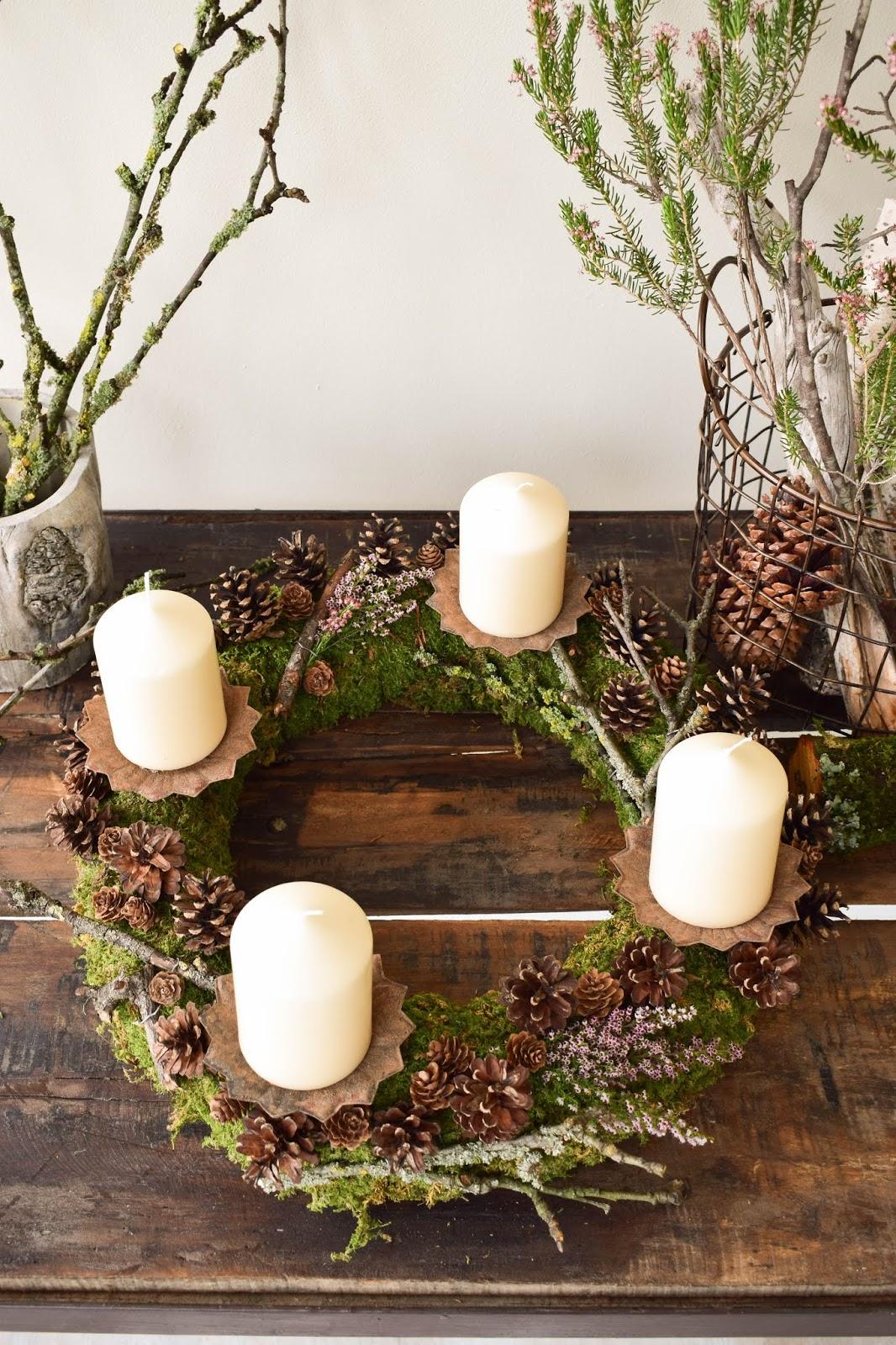 Adventskranz selber machen. DIY Mooskranz für Advent mit Zapfen und ganz viel Natur. Adventskranz Dekoidee