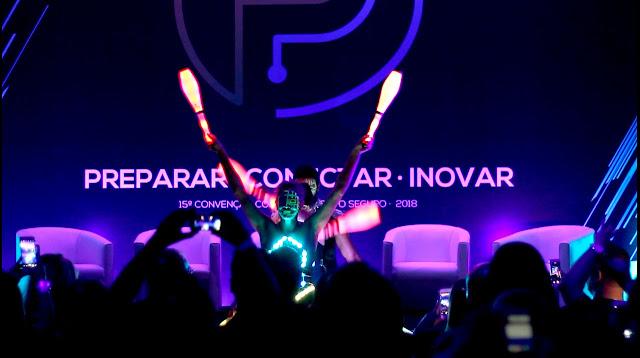 Show malabaristas de luzes com figurinos led de Humor e Circo para abertura da convenção de vendas da Porto Seguro em São Paulo.