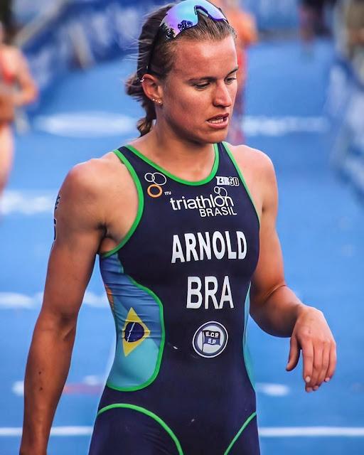 Djenyfer Arnold representando o Brasil no Mundial de Triatlo em Hamburgo 2020