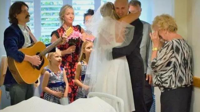 Девушка вышла замуж в палате больного отца, но он умер на церемонии