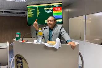 Alexandre mostra na tribuna refeição oferecida pelo Estado a policiais que trabalham no São João