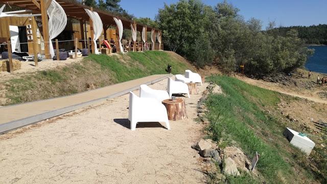 Cadeiras de praia com vista para a Barragem Castelo de Bode