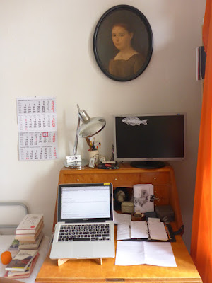 Sekretär, Laptop, Lampe, Monitor, Kalender, Notizen.