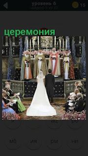 происходит церемония венчания, стоят жених и невеста около священника