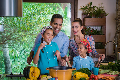 Filhas de Jair  Oliveira e Tania Khalill, Zazá e Lola recebem a ajuda de chefs no preparo de receitas - Divulgação