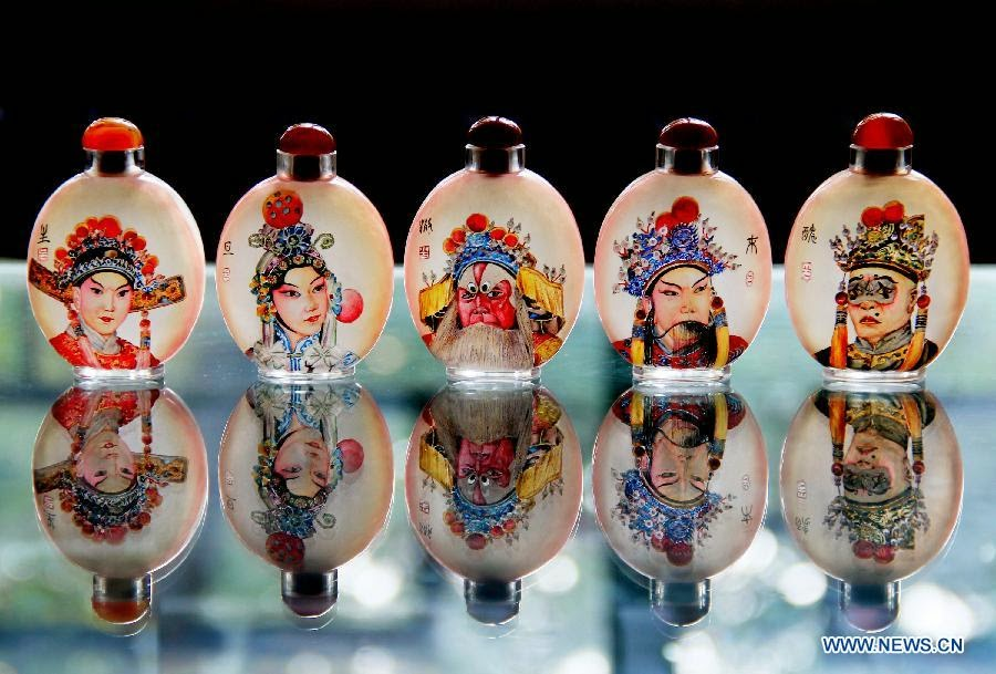 01-Liu Zhengyao-Snuff-Bottles-Painted-from-the-Neck-on-the-Inside-www-designstack-co