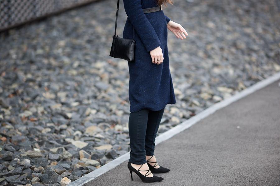 wełniany płaszcz | sznurowane szpilki | skórzana torebka