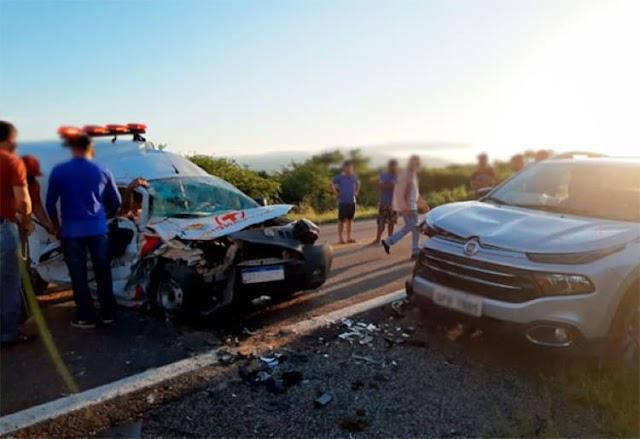 Ambulância de Malhada de Pedras e Fiat Toro colidem frontalmente na BR-030, em Brumado