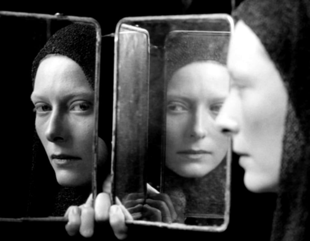 Immagine Allo Specchio.La Compagnia Degli Erranti Allo Specchio