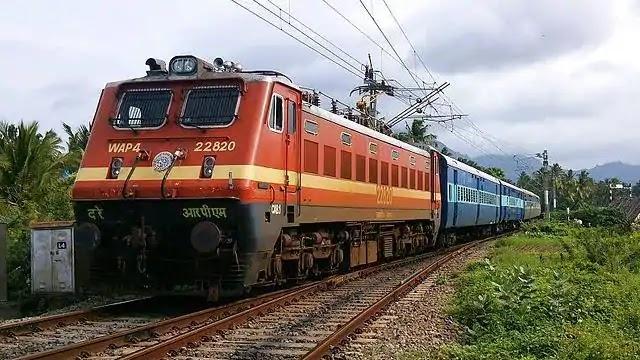 मुंबई में चलती ट्रेन से हुआ अलग डिब्बा, यातायात बाधित
