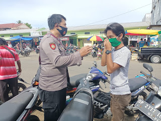 Personil Polsek Cendana Polres Enrekang Melaksanakan Patroli Protokol Kesehatan Di Pasar Kabere