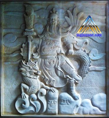Ukiran relief dewa kwan kong dari batu alam putih