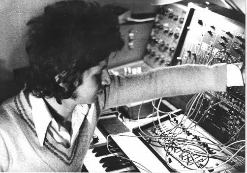 Zanov manipulando el sintetizador ARP 2600 y el ARP Sequencer 1613 en su estudio de Plaisir (París), durante la grabación del álbum Moebius 256 301 (Polydor, 1978)