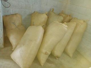 Montecristi: Policía recupera varios sacos de arroz en cáscara sustraídos de finca.