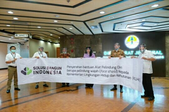 Bantu Paramedis Tangani Covid-19, Solusi Bangun Indonesia Serahkan APD ke Pihak KLHK