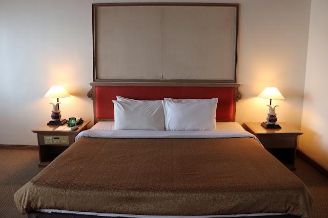Kamar tidur King Size di Deluxe room Damai Beach Resort