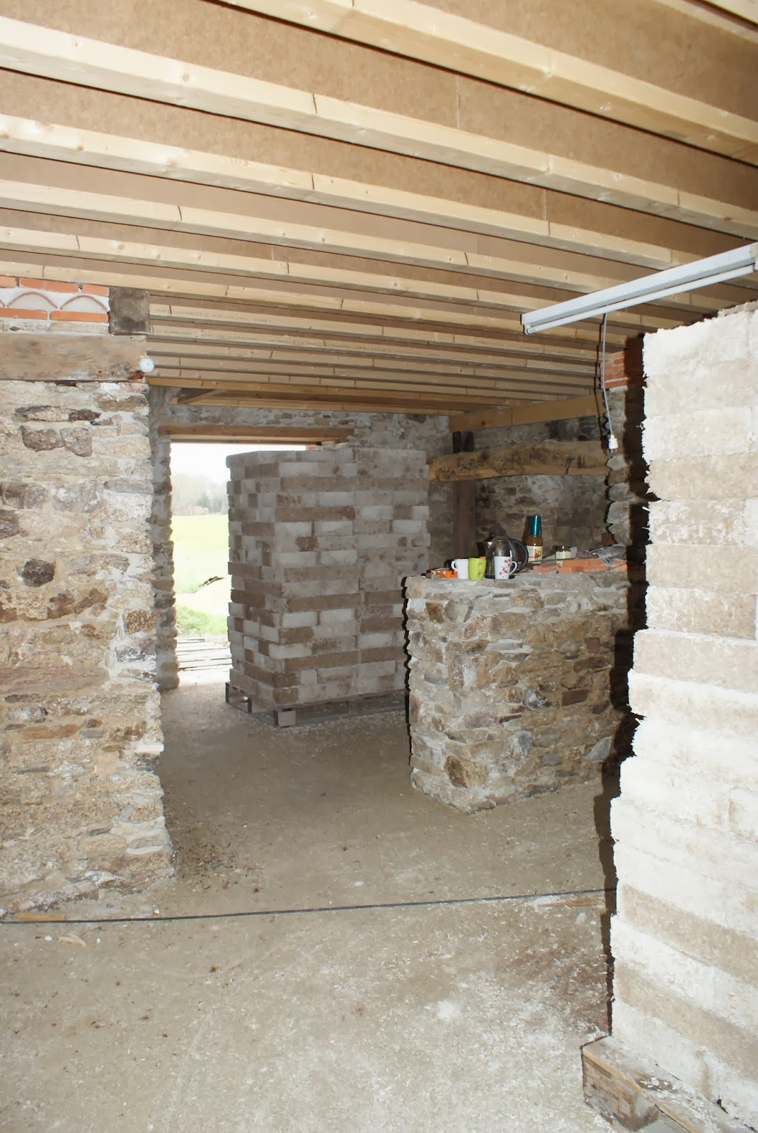 r habilitation d 39 une ancienne maison en pierre enduit des murs porteurs qui resteront apparent. Black Bedroom Furniture Sets. Home Design Ideas