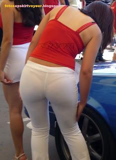 promotora calzas trasparentes marcando tanga