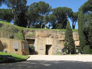 Il Mausoleo delle Fosse Ardeatine: per non dimenticare emozioni, storia e ricordi - Visita guidata Roma