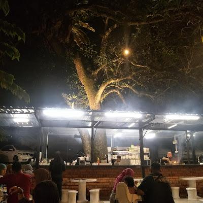 MAKAN DI PELAM TREE CAFE