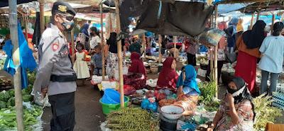 Berikan Rasa Aman, Polisi Patroli di Pasar Tradisional Barabali