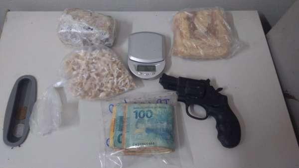 Mãe e filho são presos com drogas e arma falsa em Juazeiro do Norte, no Ceará